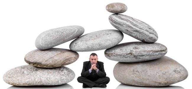 manager seduto sotto un gruppo di pietre